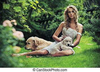 Nette Frau mit Hunden in Schönheitssalon