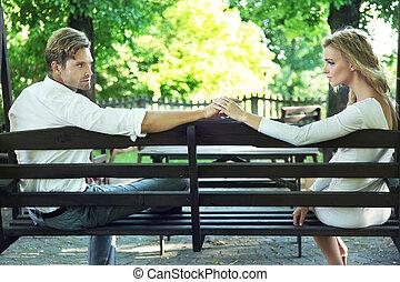 Nettes Paar, das sich im Garten entspannt