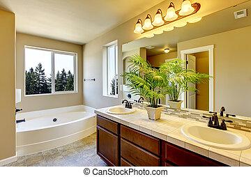 Neues Badezimmer mit Dusche und Bad.