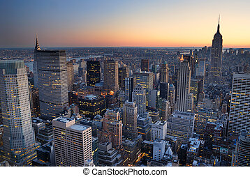 New York City Manhattan Skyline Panorama Sonnenuntergang mit Blick auf die Luft. Empire State Building