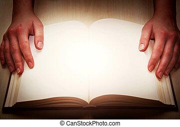 Offenes Buch mit Händen.