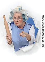 Oma mit Lockenwicklern bedroht jemanden mit rollender Nadel