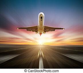 Passagiere des Flugzeugs starten die Startbahn, verschwommener Bewegungseffekt als Hintergrund