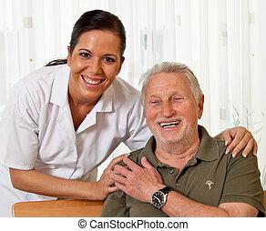 Pfleger in Altenpflege für ältere Menschen in Pflegeheimen.