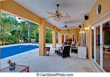 Porch und Schwimmbad.