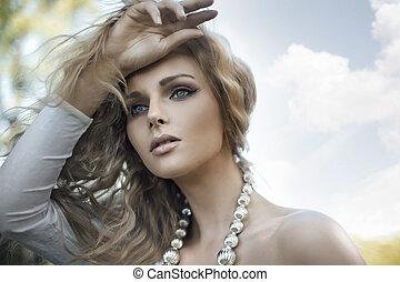 Porträt einer jungen blonden Schönheit