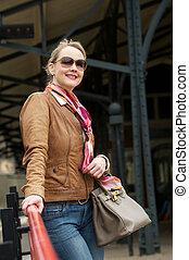 Porträt einer mittelalten Frau, die draußen lächelt