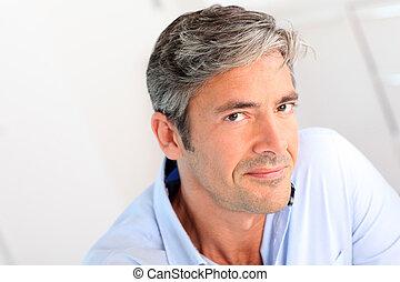 Porträt eines gutaussehenden 40-jährigen Mannes