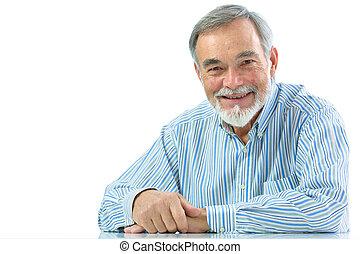 Portrait eines glücklichen Senioren, der lächelt.