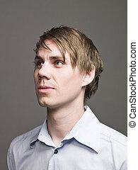 Portrait eines Mannes im Profil, der seitlich aussieht.