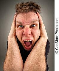 Portrait eines schreienden bizarren Mannes.