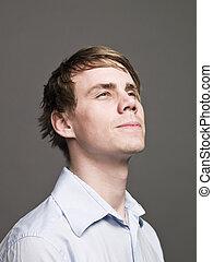 Portrait eines seriösen Mannes, der nach oben schaut