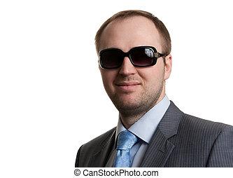 Portrait eines unrasierten Geschäftsmanns in Gläsern mit weißem Hintergrund.