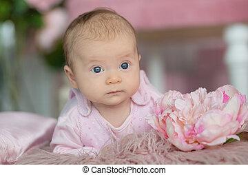 Portrait von bezauberndem Mädchen in rosa Kleid.