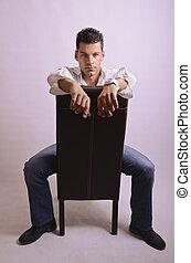 Posierender Mann auf dem Stuhl