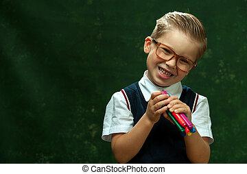 Positiv süßer kleiner Schuljunge in Formal Attire.