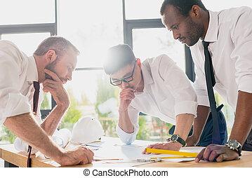 Professionelle Architekten in Formkleidung arbeiten im modernen Büro, Businessmen Gruppe.