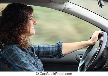 Profil einer glücklichen Frau, die ein Auto fährt.