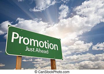 Promotion Green Road Schild über Wolken.