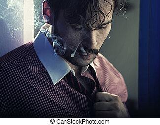 Raucher ernster Mann nach anstrengender Arbeit