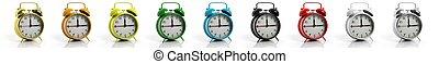Retro-Alarmuhren Sammlung in verschiedenen Farben, isoliert auf weißem Hintergrund.