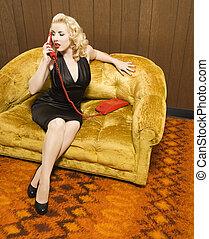 Retro-Frau am Telefon.