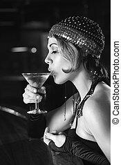 Retro-Frau trinkt Martini.