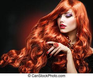 Rote Haare. Modemädchenportrait. Lange Locken