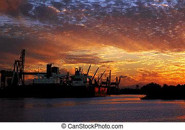 Roter Seehafen bei Sonnenuntergang