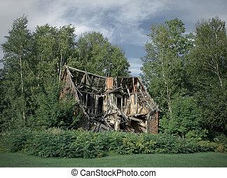Ruinen des verlassenen ländlichen Hauses