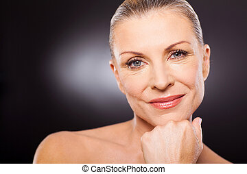 Süße moderne Frau in 50ern