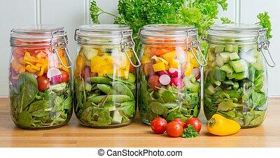 Salat in vier Glaskammern.