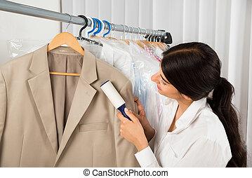 Sauberer in der Wäscherei mit Klebewalzen.