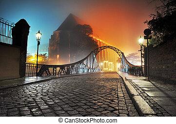 Schöne Aussicht auf die alte Stadtbrücke in der Nacht