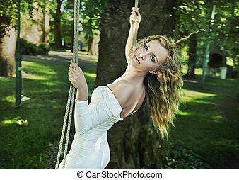 Schöne Frau im Garten