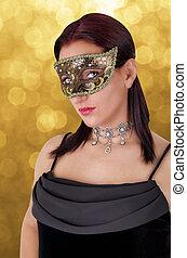 Schöne Frau mit Karnevalsmaske.