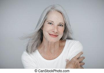 schöne frau, selbst, graues haar, sicher, betäuben, fotoapperat, lächeln, antikisiert, am besten