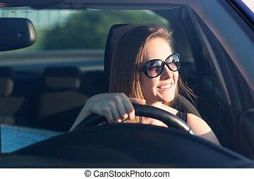 Schöne Geschäftsfrau fährt das Auto