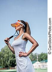Schönes Mädchen mit Tennisschläger.