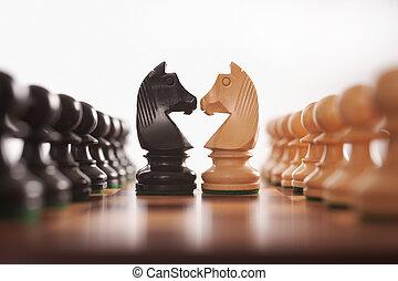 Schacht zwei Reihen Schachfiguren mit dem Herausforderzentrum