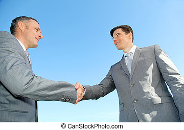 Schließe die Geschäftsleute, die Hände schütteln