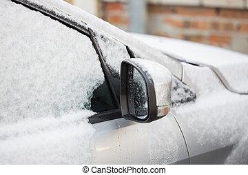 Schließen eines Autos mit Schnee und Eis.