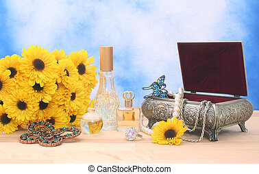 Schmuck und Parfüm mit Blumen
