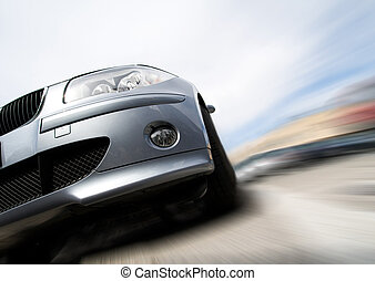 Schnelles Auto bewegt sich mit Bewegungsunschärfe.