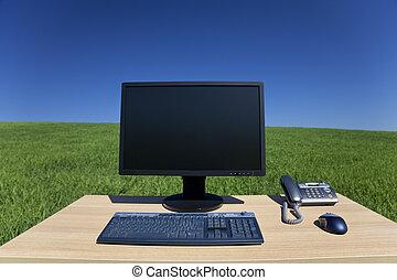 Schreibtisch und Computer im grünen Bereich