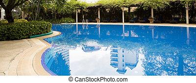 Schwimmbad mit entspannenden Sitzen