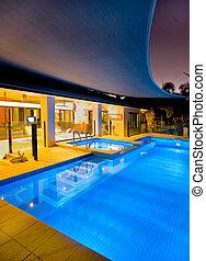 Schwimmbecken und Spa