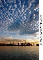 Seehafen und Himmel bei Sonnenuntergang
