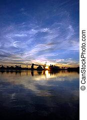 Seehafen und Himmelreflektion bei Sonnenuntergang