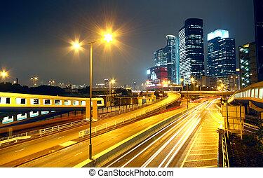 Stadtlandschaft in der Nacht und durch den Stadtverkehr